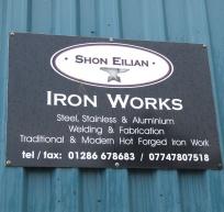 Gwaith Haearn Shon Eilian - arwydd y drws